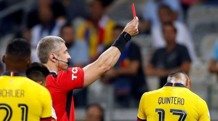 El ecuatoriano Quintero expulsado después de que el VAR cambie amarilla por roja