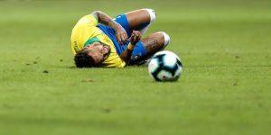 2-0. La retirada de Neymar por un golpe amarga la victoria de Brasil sobre Catar