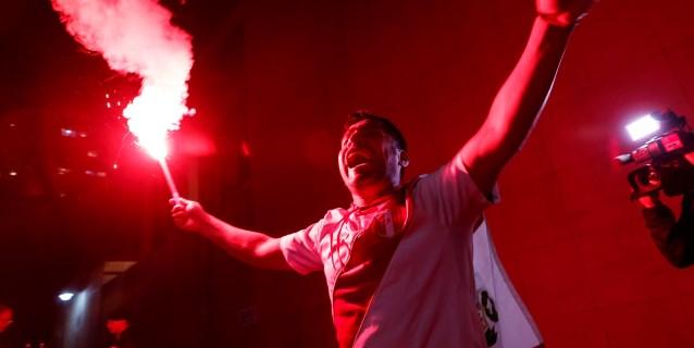 Peruanos calientan la fría noche de Porto Alegre con cánticos, música y bengalas