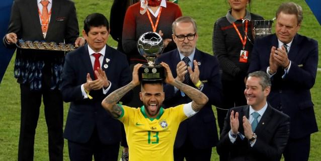 Dani Alves, mejor jugador de la Copa América 2019