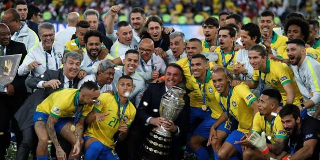 Bolsonaro se exhibió en la Copa América en medio de una caída de su popularidad