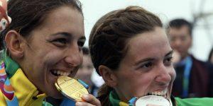 LIMA 2019: Dos amigas se reparten los premios en el triatlón femenino