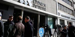 Operan con éxito a Maradona de la rodilla derecha en Argentina