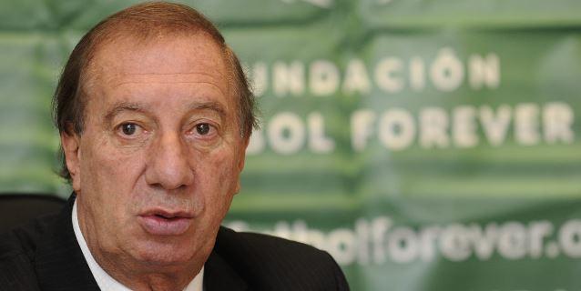 """Carlos Bilardo está """"lúcido"""" y recibe el alta médica"""