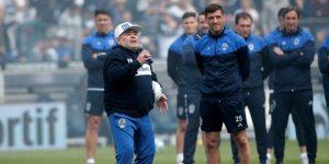 Maradona dirige su segundo entrenamiento en Gimnasia a puerta cerrada