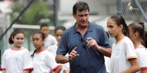 Mario Kempes regala conocimientos a niños en un entrenamiento en Panamá