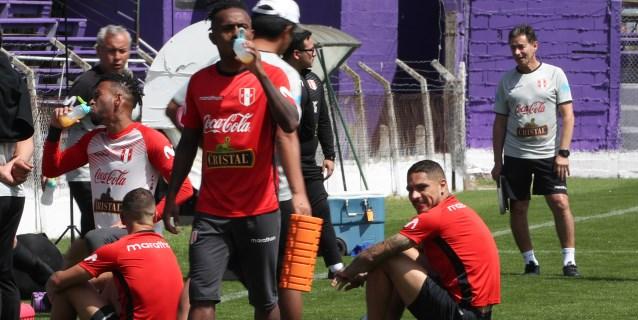 Perú ya se entrena en Montevideo y los hinchas acompañan al equipo de Gareca