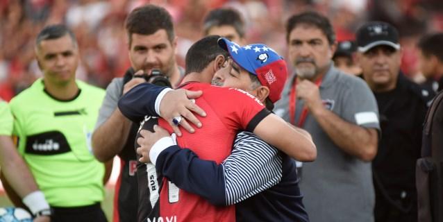 El Newell's tributa emotivo homenaje a Maradona pero luego cae goleadao