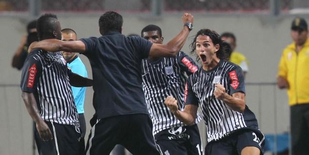Universitario sigue líder del Clausura apurado nuevamente por Alianza Lima