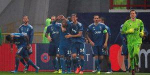 1-2. Douglas Costa clasifica al Juventus bajo el diluvio