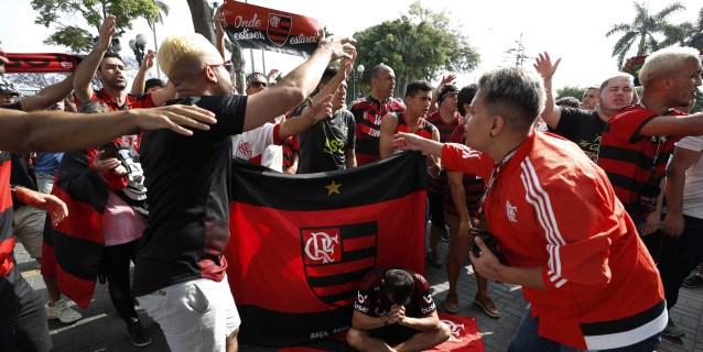 Una ola rojinegra se toma una céntrica plaza de Lima para dar banderazo al Flamengo