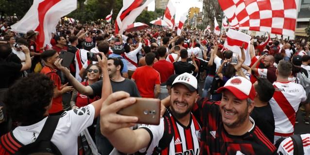 """La afición de River Plate calienta gargantas con masivo """"banderazo"""" en Lima"""
