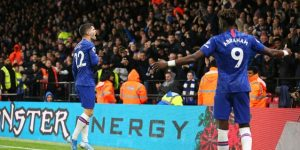 Abraham y Pulisic hacen olvidar al Chelsea las penas de la Copa de la Liga