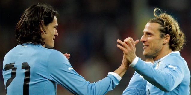 Suárez, Cavani, Riquelme y Zanetti acompañan a Diego Forlán en su despedida