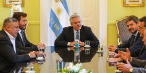 Alberto Fernández recibe a los presidentes de la Conmebol y de la AFA
