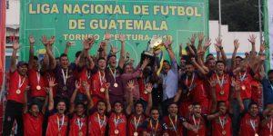 2-2. El Municipal gana su título 31 en Guatemala de la mano de argentino Díaz