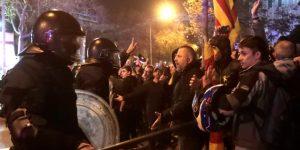 Dos mossos heridos graves y 53 leves en disturbios en alrededores de Camp Nou