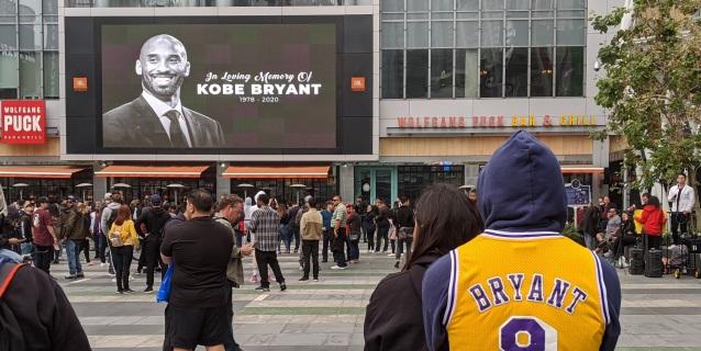 NBA: Seguidores de Bryant instalan altares afuera del Stapes Center