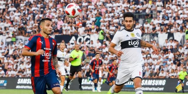 Adebayor se estrena en el fútbol paraguayo en un clásico deslucido