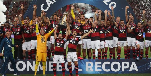 3-0. Flamengo con diez jugadores gana la Recopa Sudamericana, su tercer título este mes