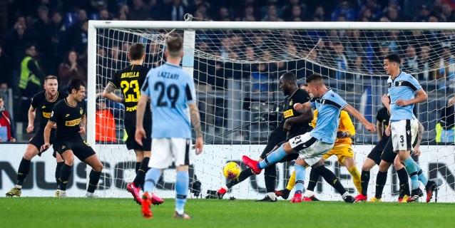 """El Lazio remonta, gana 2-1 al Inter y sigue soñando con el """"Scudetto"""""""