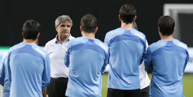 """El cuerpo técnico de Uruguay apoya parar las eliminatorias y evitar """"males mayores"""""""