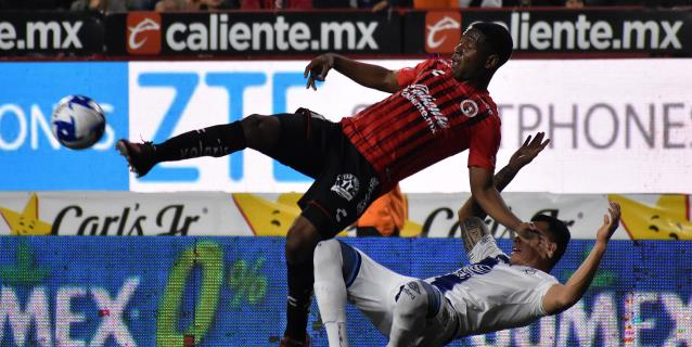 El ecuatoriano Bryan Angulo hace un triplete y los Xolos golean al Toluca