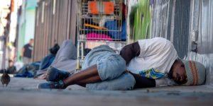 Baños para desamparados, primera línea de defensa contra el coronavirus en Miami