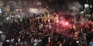 Aficionados del Nápoles recorren la ciudad en moto para celebrar la Copa