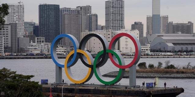 Los anillos olímpicos vuelven a la bahía de Tokio tras su mantenimiento